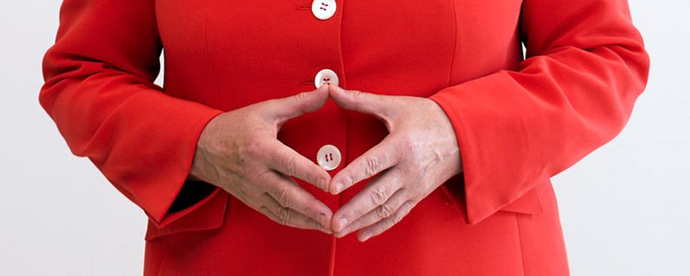Die Hände von Bundeskanzlerin Angela Merkel geformt zur typischen 'Raute'