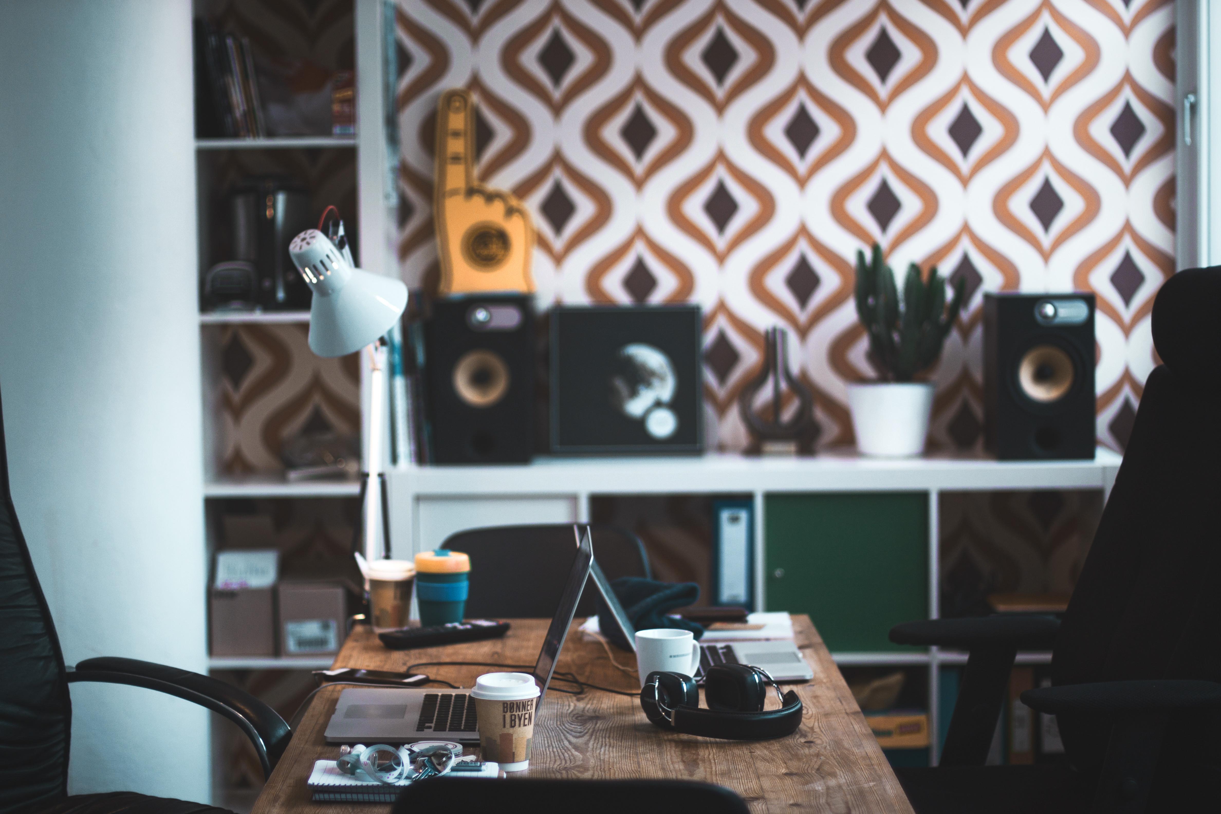Leerere Tische mit unscharfem Küchen hintergrund und Lampe.